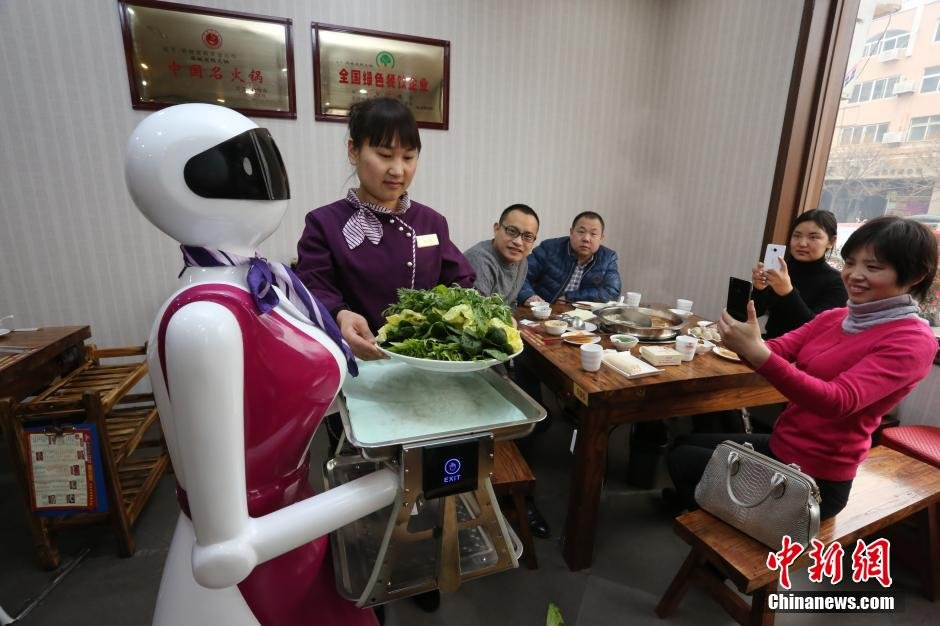 2015年1月5日,河南许昌一家火锅店内一台能端菜、会说话、能唱歌