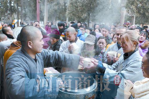 少林寺施粥现场。喝一碗正宗的少林五行腊八粥,祈求新的一年福气满满
