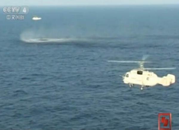 央视截图:直升机下降。