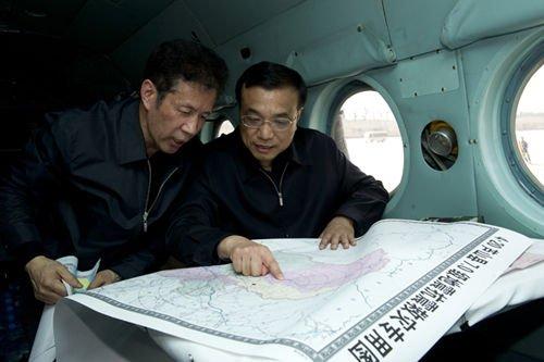 2013年4月20日16时许,李克强搭乘运输直升机直飞震中。一上直升机,李克强就打开灾区地图,详细了解灾情和救援情况。