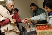 灾民安置点灾民领取食品