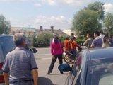 事故发生地附近聚满围观者