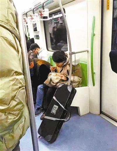 """""""地铁凤爪女""""吃麻辣烫招骂 回应称被恶意营销"""