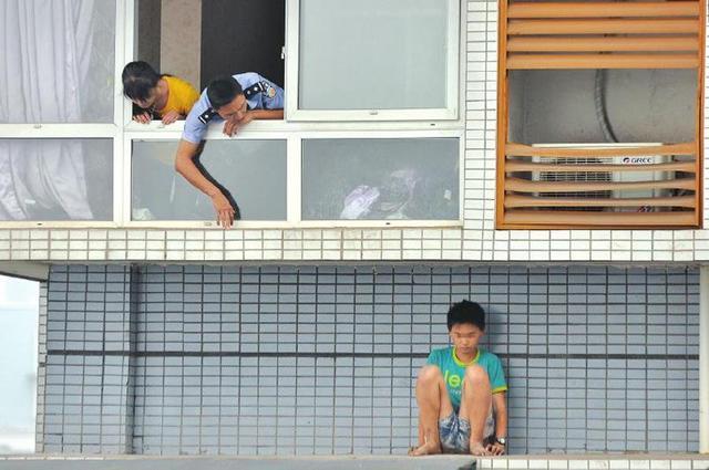 男孩放假不愿做作业 为避父母责罚悬坐11楼窗外