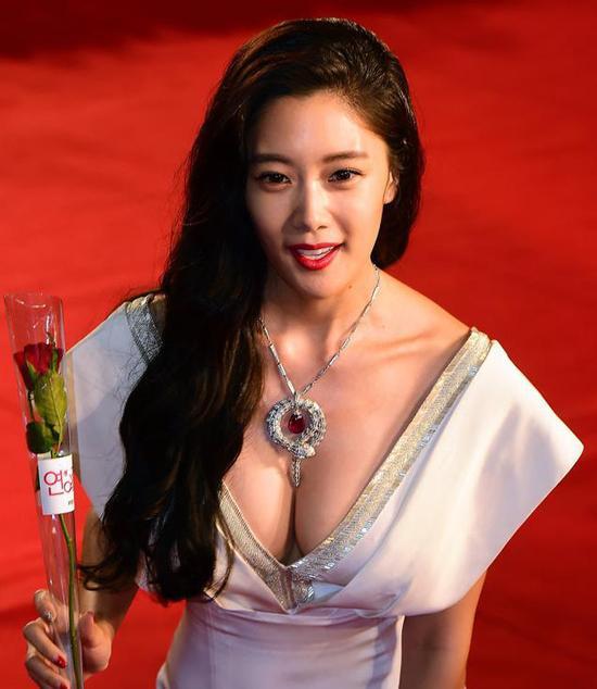 女星戛纳红毯摔倒_韩国女星红毯