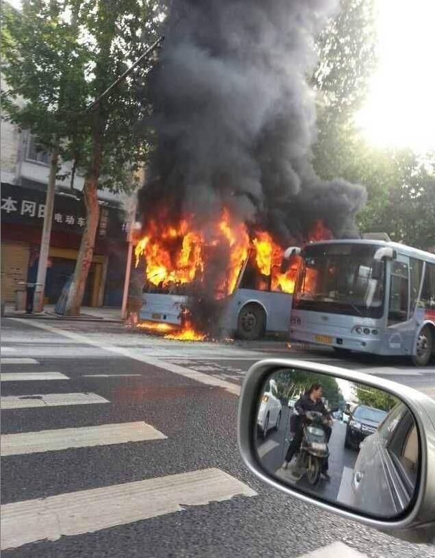 武汉一公交车突然自燃 女司机3分钟疏散40乘客