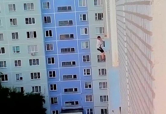 男子悬挂高楼外冒死向女神求爱惨遭拒绝