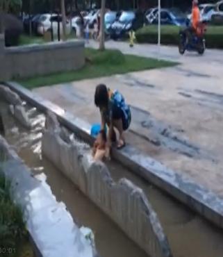 奶奶将1岁孙子泡进脏水池,称可增强抵抗力,太傻太天真