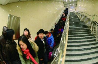 北京地铁军博站换乘通道将首次分批限流