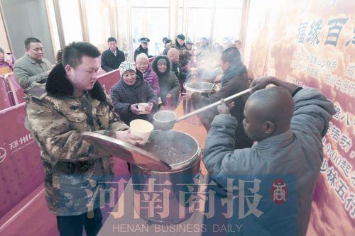 郑州市中原万达广场的施粥点。祈福法会后,少林的洋弟子给大家盛粥