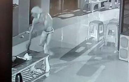 13岁男孩地铁站频频伸出咸猪手 父亲带其自首,是该管教了!