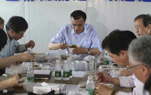 李克强在江边指挥部召开现场会 午餐吃盒饭(图)