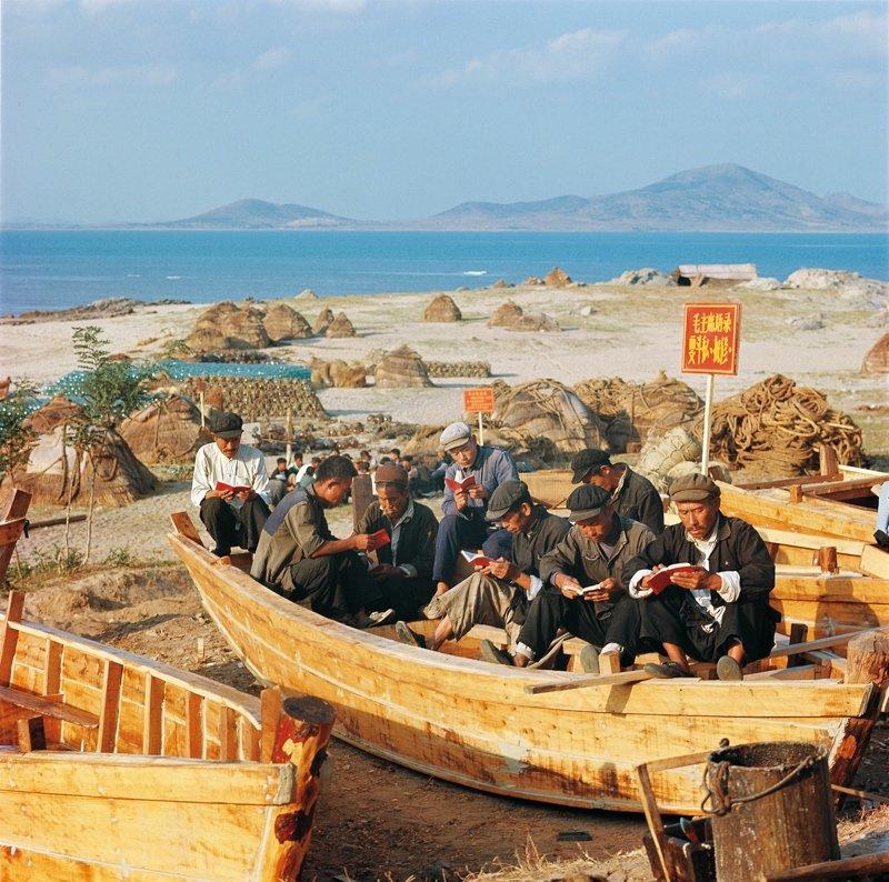 1971年,山东渔民聚在船上一起学习毛主席著作。