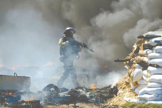 4月24日,在乌克兰东部城市斯拉维扬斯克,乌克兰特种部队士兵占据街头路障。