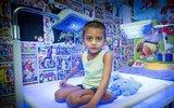 4岁男孩患怪病 每天要蓝光照射20小时