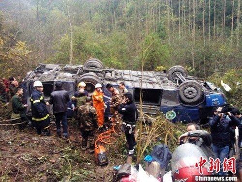 组图—四川达州一公交在堡子镇米城乡化龙村砖厂翻入50米悬崖