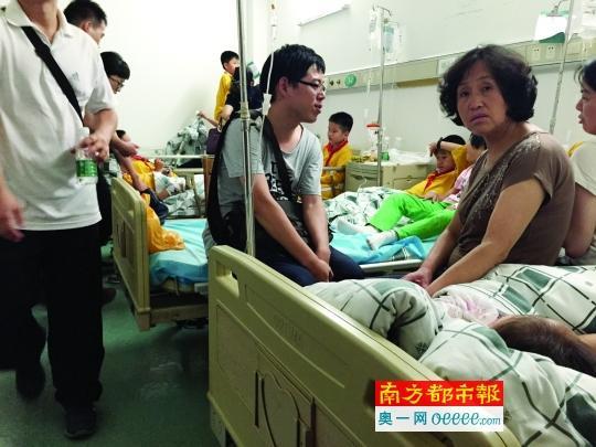 """昨晚,家长们陪着误食鼠药的孩子们在医院就诊。 小学生捡""""糖果""""分同学吃致15人中毒 系老鼠药 资讯"""