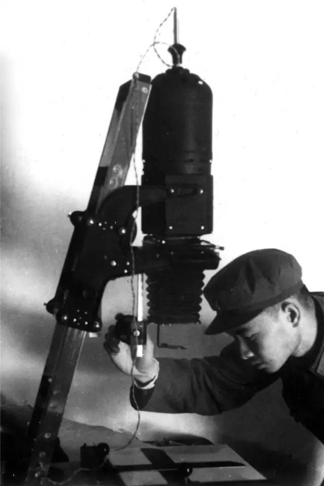 1975年7月,云南省腾冲县,摄影师王立力在暗房放大机前调焦。