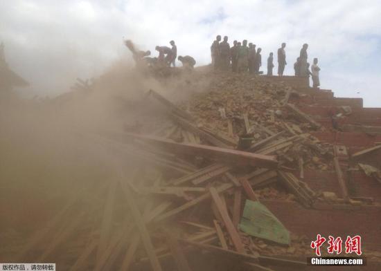 尼泊尔官方称该国地震致758人遇难 进入紧急状态
