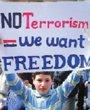 """叙利亚城市Banias街头,一名男孩举着""""我们要自由""""的横幅"""
