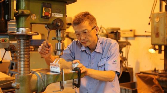 大国工匠:速度比数控机床快 蜗居小房十几年