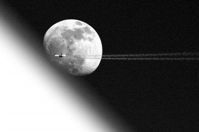 月球在绕地球公转的同时进行自转