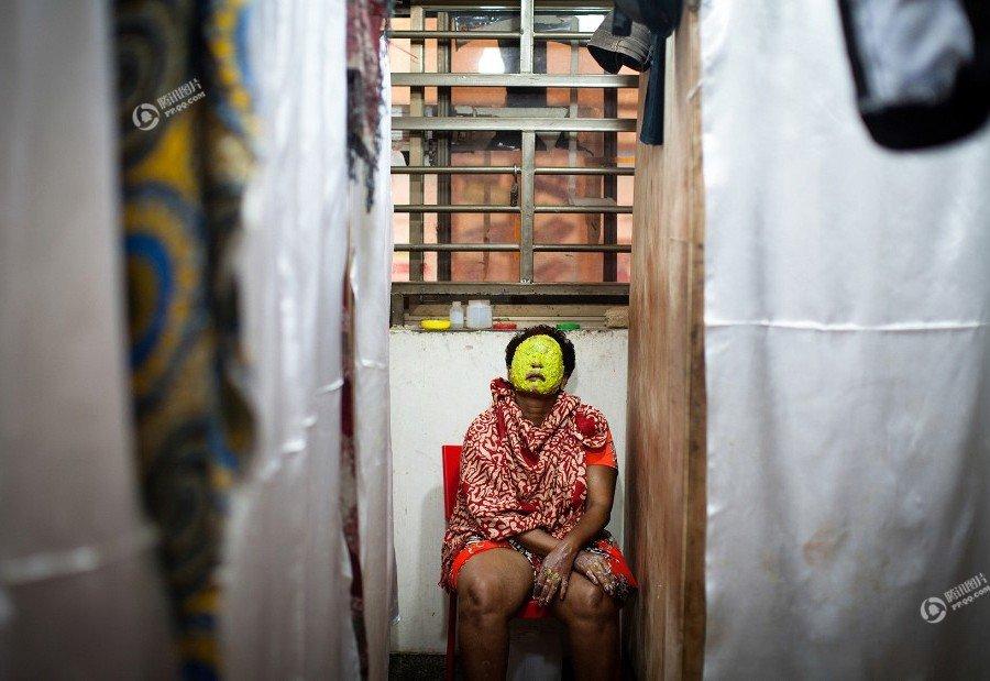 非洲的美白产业:黑人女子为变美将脸漂白