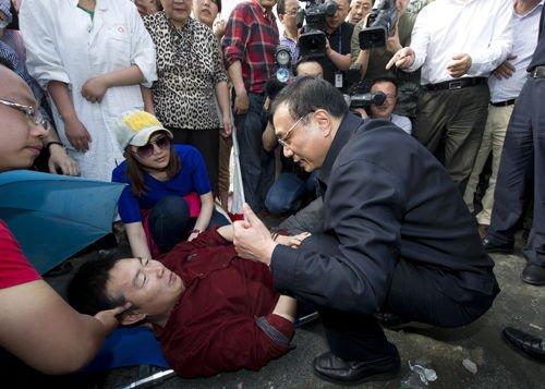 2013年4月20日17时许,李克强到达芦山县,首先来到县医院看望地震中受伤的群众。