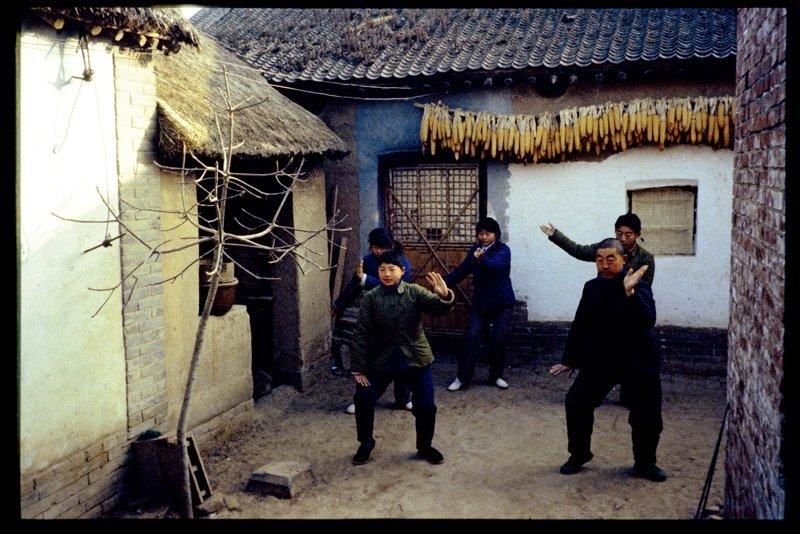 """陈家沟位于河南省焦作市温县距县城5公里的清风岭中,全体村民自幼练习太极拳,起初是为了防御土匪,后来这个传统延续下来,不断创新和发展,形成了太极拳的一个重要支派,称为""""陈氏太极拳""""。这组图片摄于20世纪70年代。"""