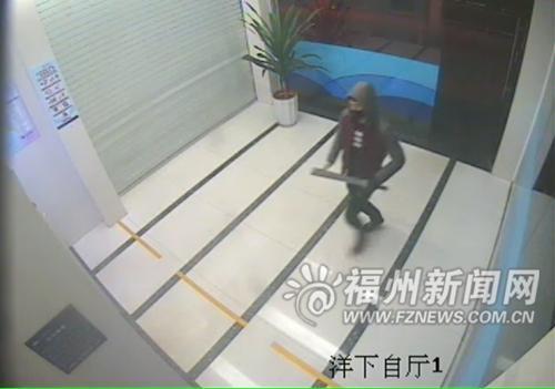 凌晨取款遇抢劫瘦小女16秒空手夺大刀吓跑劫匪