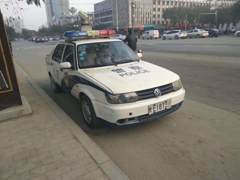 """警车违停被市民贴""""罚单"""" 渭南交警:罚100元"""