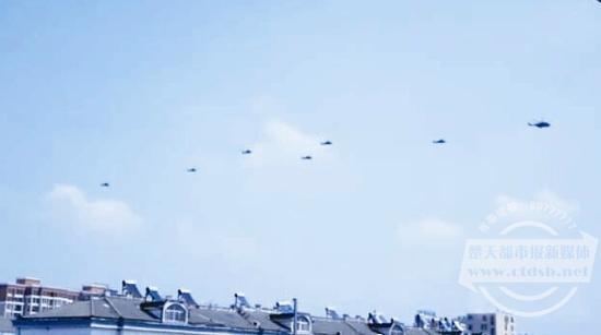 空军上校阅兵式后率十架直升机绕飞家乡(图)