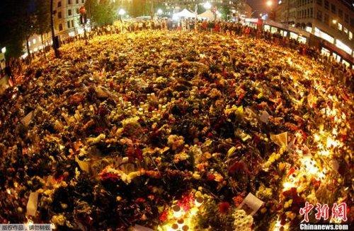 2011年7月25日,挪威奥斯陆,大约一万人聚集在奥斯陆大教堂前为22日袭击事件中的遇难者守夜,现场成为了蜡烛和鲜花的海洋。