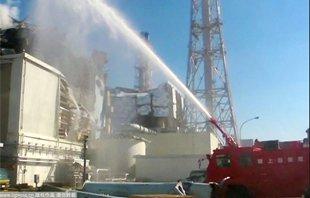 日本自卫队用高压消防车向核电站注水