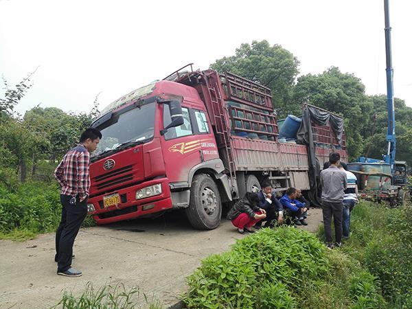在沅江进行跟踪时,转载危废的大货车发生意外侧翻。