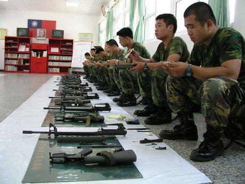 台军士兵被关禁闭中暑死亡 涉事士官下跪致歉