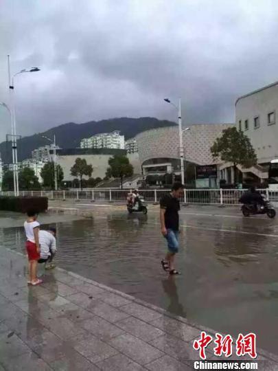 福建霞浦市民台风过后街头争相捉跳鱼(图)