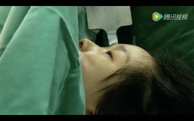 纪录片《生门》剧照,生死一线的夏锦菊。