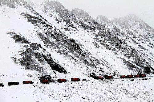 成都军区运送80吨急需物资翻越雪山挺进宝兴