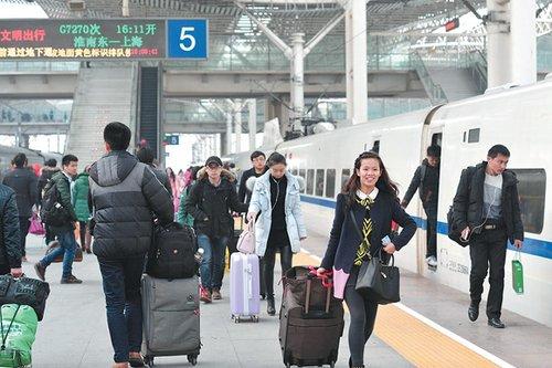 """""""在阜阳火车站候车室内,准备乘车的王跃进告诉记者,虽然阜阳尚未开通"""