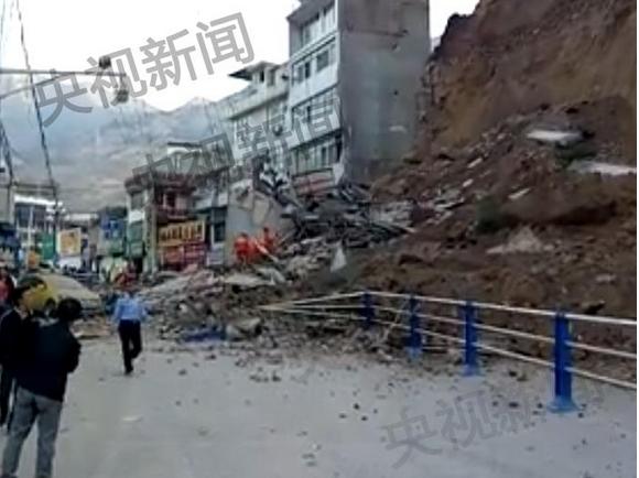 甘肃陇南市两栋居民楼坍塌 正组织救援