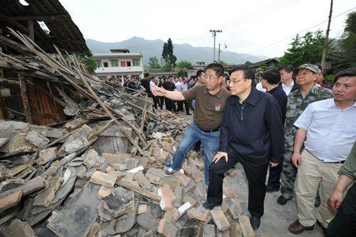2013年4月20日,李克强抵达四川芦山震区,在受灾严重的双石镇察看灾情。