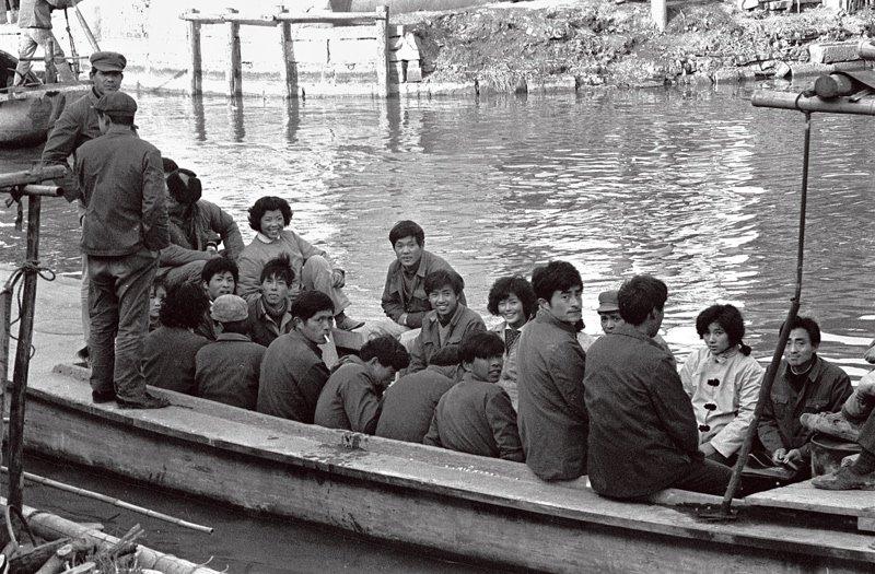 西塘镇属浙江嘉善,是古代吴越文化的发祥地之一,是我国历史文化名镇。西塘河网密集,河道交错,桥梁繁多,民居依水而建。船对于西塘小镇的居民来说,如同公共汽车一般,是人们出行的重要交通工具。这组西塘水乡的照片拍摄于20世纪70年代,完整记录了西塘当时的社会生活面貌。
