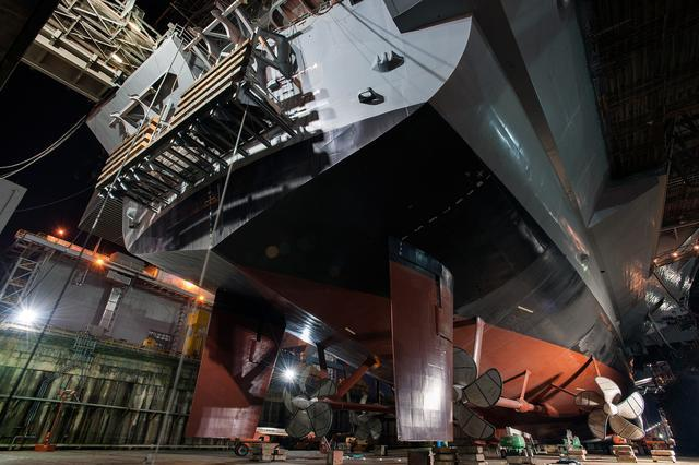 船坞中的10万吨巨物:感受全球最先进航母之巨