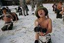 韩中小学生雪地军训