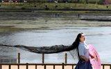 女子29年留3米长发 能拖3吨重的船