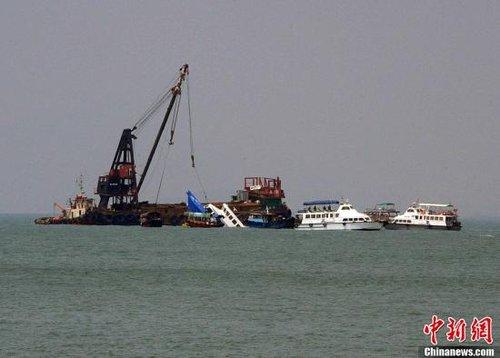 """香港撞船事件:渡轮撞船后""""不顾而去""""惹争议"""