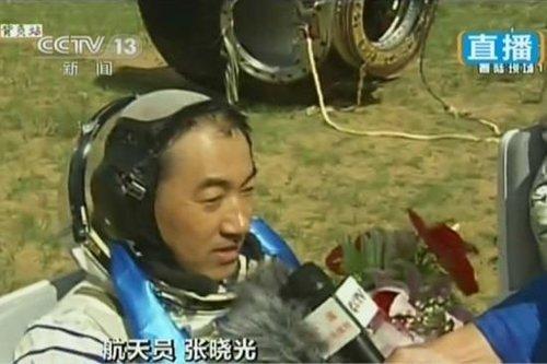 6月26日上午,神舟十号载人飞船返回舱返回地面。图为航天员张晓光接受采访。(视频截图)