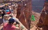 游客120米高峡谷半空露营
