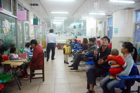 医院里挤满了输液的患者图片来源:国际旅游岛商报-海南今明强降雨